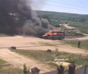 В Воронеже на видео попал полыхающий микроавтобус
