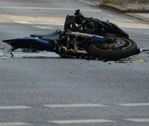 Под Воронежем мотоциклист погиб, врезавшись в стоящий на обочине ВАЗ