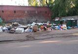Двор в Воронеже завалили мусором предприниматели ближайшего рынка