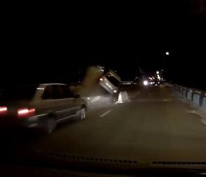 В Воронеже «Лада Калина» врезалась в груду бетона и перевернулась – видео