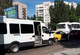 В Воронеже столкнулись междугородный автобус и три иномарки
