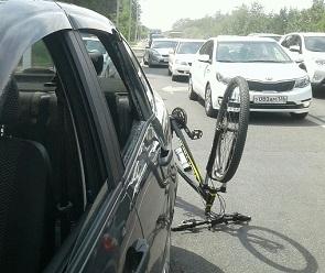 В Воронеже велосипедист протаранил автомобиль на «встречке»