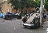 В центре Воронежа внедорожник вылетел на тротуар и перевернулся