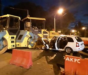 В Воронеже «Лада» врезалась в дорожный каток и асфальтоукладчик: водитель погиб