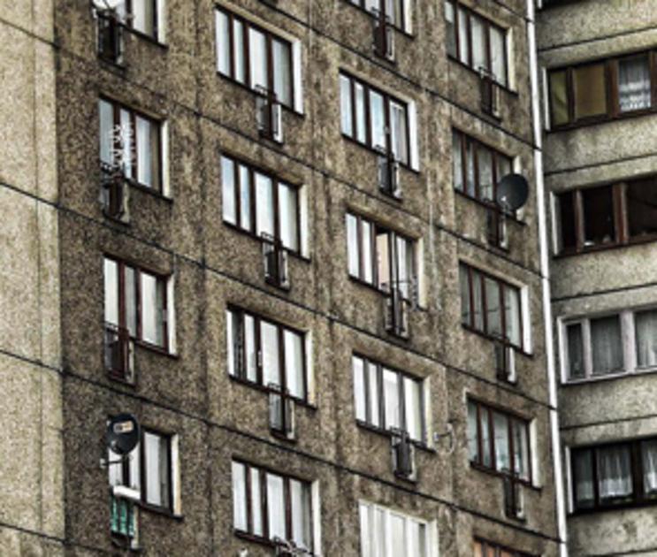 2-летняя девочка скончалась через два дня после падения из окна в Воронеже