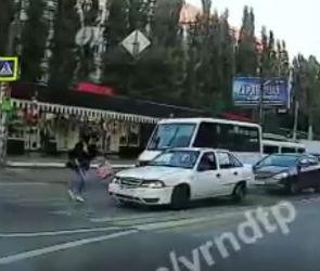 В Воронеже пешеход едва не попал под колеса машины из-за ДТП – видео