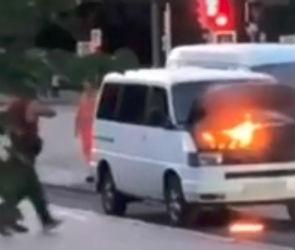 В Воронеже напротив здания мэрии загорелся микроавтобус