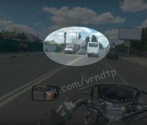 В Воронеже пешехода едва не сбили на переходе ВАЗ и мотоцикл