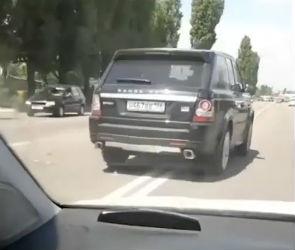 В Воронеже водитель Range Rover два раза за пять минут нарушил ПДД – видео