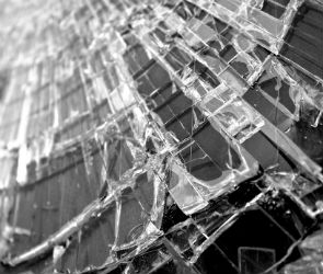 В Воронеже ночью иномарка врезалась в фонарный столб: пострадали три человека