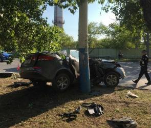 В Воронеже «Киа» на скорости врезалась в столб, есть пострадавшие