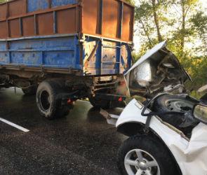 Под Воронежем «Нива» врезалась в буксируемый КАМАЗ: водитель погиб