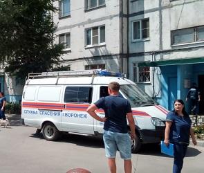 К воронежской многоэтажке из-за женщины в окне съехались спецслужбы