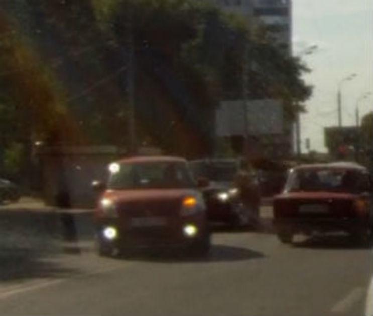 После видео с женщиной, рискнувшей детьми на дороге, МВД обратилось к воронежцам