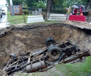 Грузовая ГАЗель провалилась в яму на Ленинском проспекте