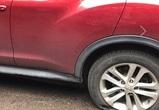 В Воронеже неизвестный порезал колеса припаркованным на тротуаре машинам