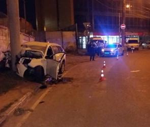 В центре Воронежа «Лада Веста» протаранила столб, погибли два человека (ФОТО)