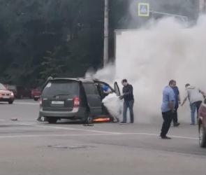 В центре Воронежа посреди дороги загорелся автомобиль – видео