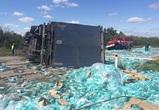 В Воронежской области перевернулась фура с бутилированной водой – фото