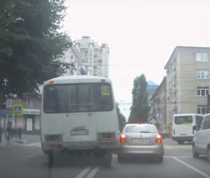 В Воронеже автобус за 40 секунд четыре раза грубо нарушил ПДД
