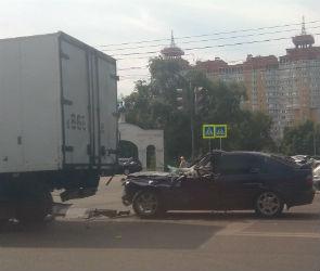 На левом берегу Воронежа «Ниссан» врезался в ЗИЛ: водитель в больнице