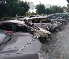 На парковке в Воронеже ночью сгорели три иномарки