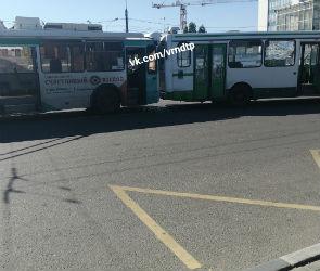 В Воронеже столкнулись автобус и троллейбус