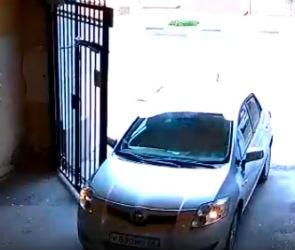 В Воронеже на видео сняли автомобилистку, «открывшую» ворота своей машиной