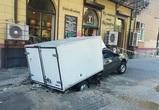 В центре Воронежа фургон ушел под землю на тротуаре