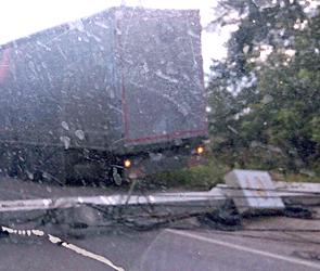 В Воронеже КамАЗ протаранил столб, повалив его на дорогу (ФОТО)