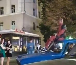 Воронежца, прокатившего Дэдпула на крыше «Москвича», оштрафовали на 1000 рублей