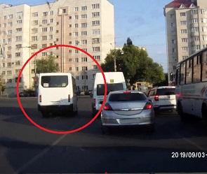В Воронеже торопливый маршрутчик проехал на красный и попал на штраф