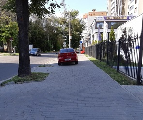 Автомобилистку оштрафовали за парковку на тротуаре в Воронеже