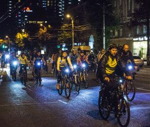 Несанкционированный ночной велопробег прошел в Воронеже