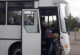 Между «Нефтебазой» и «Озерками» пустили два школьных автобуса