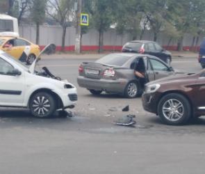 В Воронеже на перекрестке улиц Баррикадной и Волгоградской произошло ДТП