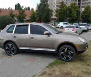 Полиция наказала водителя «Порше Кайен» за парковку на тротуаре в Воронеже