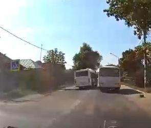 В Воронеже маршрутка едва не спровоцировала ДТП на встречной полосе