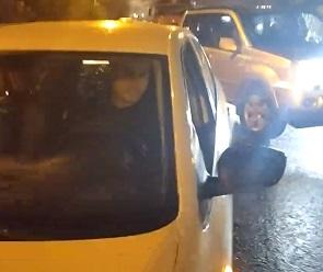 Во время разборок двух водителей на Остужева пострадал очевидец - видео