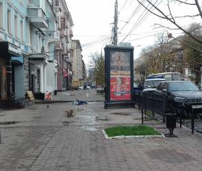 В центре Воронежа мужчина погиб, упав с крыши дома на глазах у прохожих