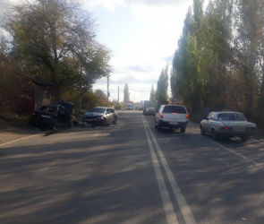 В Воронеже автомобилистка на «Ладе» пострадала в лобовом столкновении с «Опелем»