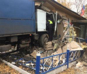 В Воронежской области МАЗ протаранил дом, погиб мужчина