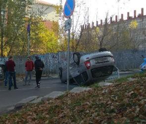 В Воронеже девушка на «Ладе» перевернулась, столкнувшись с внедорожником