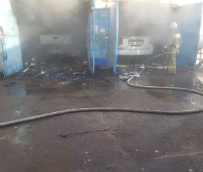 В Воронеже вместе с машинами сгорел автосервис