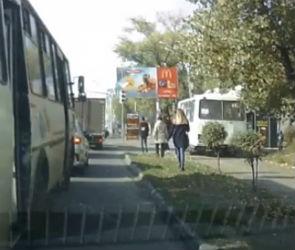 В Воронеже ПАЗ объехал пробку по тротуару и попал на видео
