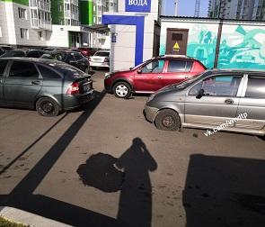 В воронежском ЖК трем машинам прокололи колеса за неправильную парковку