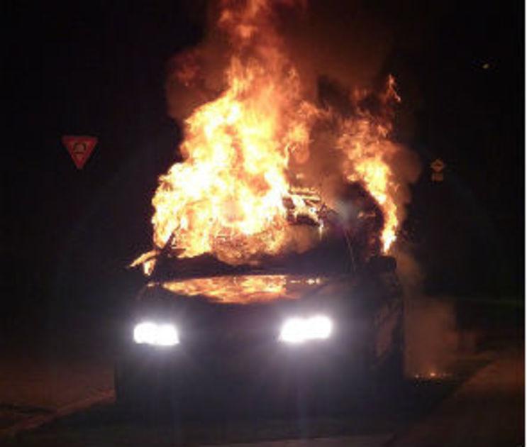 В Воронеже семь пожарных ночью тушили загоревшуюся иномарку