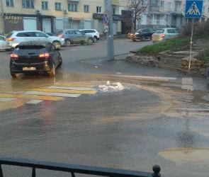 В центре Воронежа из-за коммунальной аварии затопило перекресток