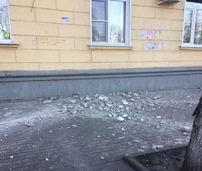 В центре Воронежа на тротуар обрушился карниз старого дома