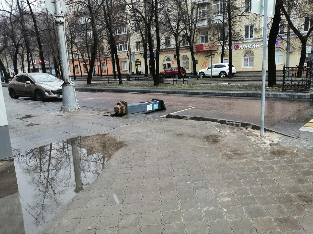 В центре Воронежа на землю повалили паркомат